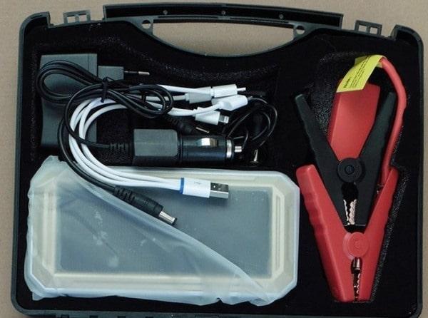 В комплекте с зарядным устройством можно найти целую кучу переходников для подзарядки разных гаджетов