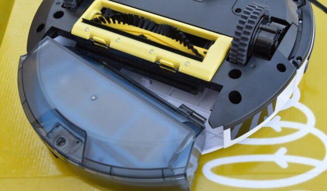 Пример дешевого робота-пылесоса с турбощеткой (вид снизу)